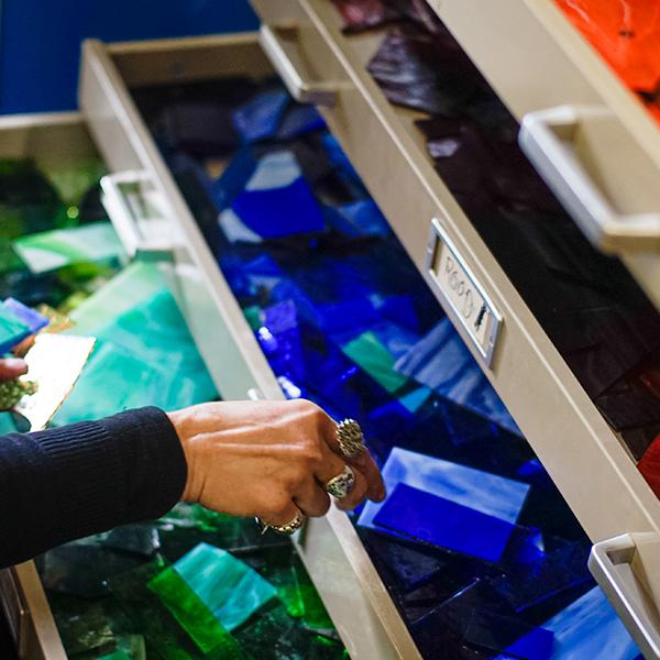 kleurige glasscherven in lades groen-blauw