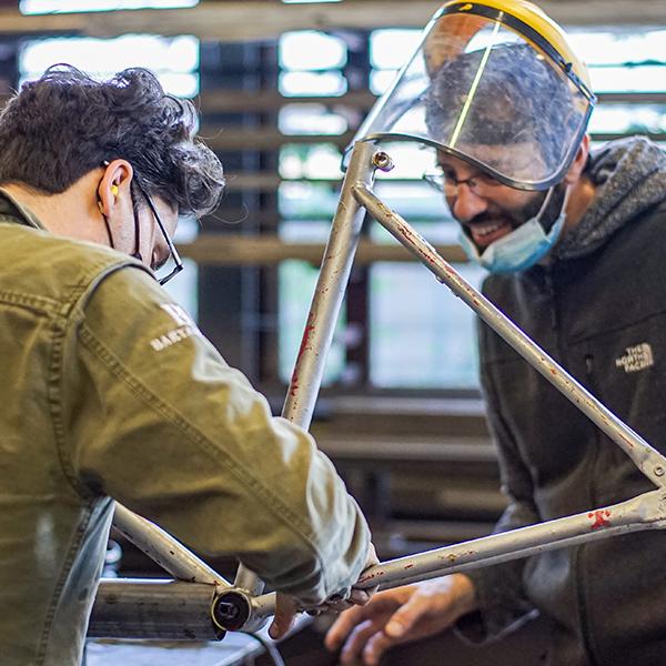 cursist werk aan metalen frame