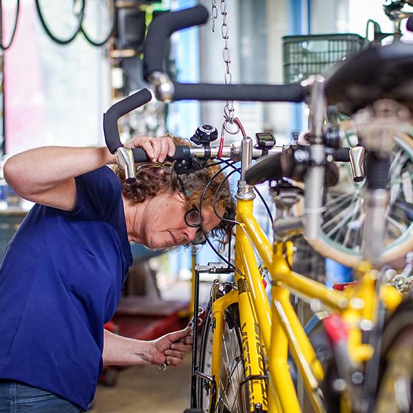 cursist werkt aan eigen fiets